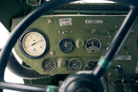 Белый манометр, слева на панели Показывает давление в пневматической системе тормозов.