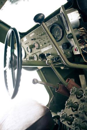 Рычагов три, если не считать ручник Большой, с черным набалдашником, рычаг КПП, те, что поменьше отвечают за подключение передних колес (левый) и включение понижающей передачи в раздатке (правый). Причем, если передок не подключен, понижающую тоже не включить.