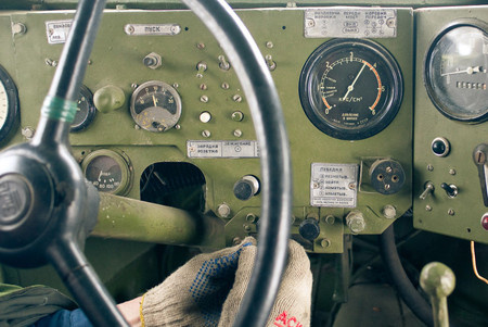 Черный манометр справа показывает давление в шинах В левой части шкалы, рядом с соответствующими делениями, надписи: песок, пашня, болото, снег. В нашем случае колеса едва ли не перекачены!